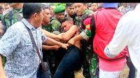 Penangkapan Adrianus Pattian, mantan oknum anggota TNI di Kendari yang dilakuan anggota Polisi dan TNI serta warga, Rabu (1/4/2019). (Liputan6.com/ Ahmad Fua)