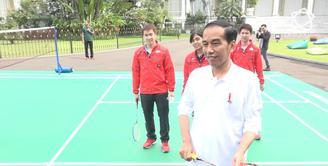 Presiden RI, Jokowi, mengawali acara perayaan sumpah pemuda dengan bermain badminton bersama para atlet.