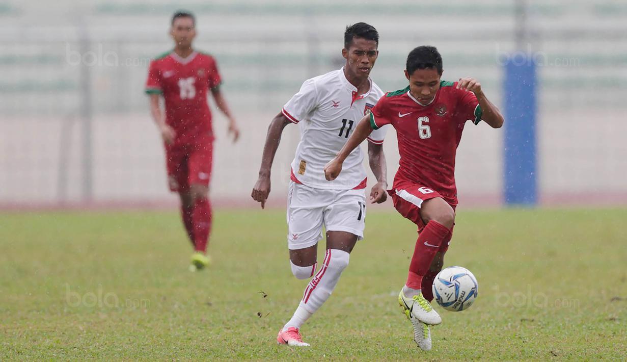 Gelandang Timnas Indoneisa, Evan Dimas mencetak satu gol saat melawan Myanmar pada Laga Sea Games 2017 di Stadion MPS, Selangor, Selasa (29/8/2017). Indonesia menang 3-1 atas Myanmar. (Bola.com/Vitalis Yogi Trisna)