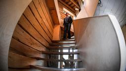 Pengusaha Rusia Alexander Lunev berjalan ke bawah apartemennya dari bekas menara air di kota Tomsk, Siberia pada 7 September 2020. Hingga kini Alexander Lunev masih melakukan renovasi dan menginvestasikan semua uangnya untuk proyeknya tersebut. (Alexander NEMENOV / AFP)