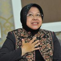 Beredar video yang memperlihatkan Wali Kota Surabaya Tri Rismaharini bersujud dan meminta maaf di depan para takmir. (Foto: Liputan6.com)