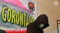 Pemuda IB alias Ismail dihadirkan saat rilis kasus hoax di Polda Gorontalo, Selasa (28/5/2019). Dalam Postingan video dituliskan IB bahwa ia menjelek-jelekkan pihak kepolisian. IB dijerat UUD IT dan ujaran kebencian dengan ancaman hukuman 6 tahun penjara. (Liputan6.com/Arfandi Ibrahim)