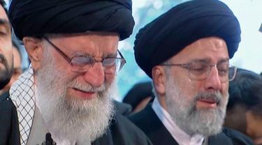 Pemimpin Tertinggi Iran, Ayatollah Ali Khamenei menangis saat berdoa atas jenazah Mayor Jenderal Qassem Soleimani di Universitas Teheran, Senin (6/1/2020). Qassem Soleimani tewas setelah menjadi target serangan drone AS di Bandara Internasional Baghdad beberapa hari lalu. (Iran Press TV via AP)