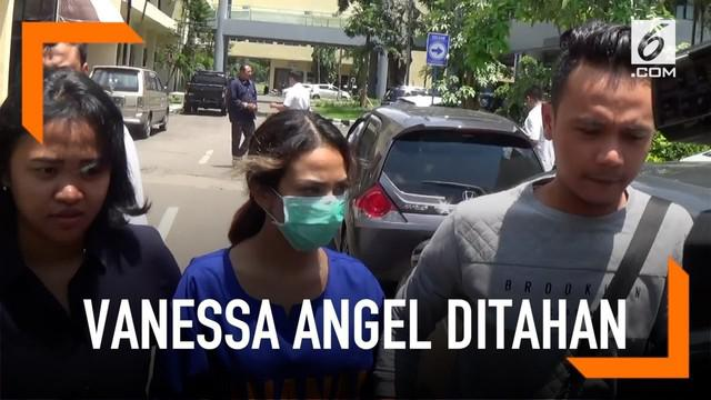 Vanessa Angel kembali menjalani pemeriksaan terkait kasus prostitusi online. Uniknya, Vanessa muncul dengan memakai baju tahanan.