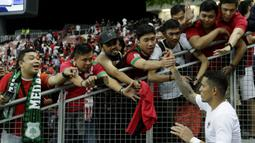 Suporter menyemangati striker Timnas Indonesia, Beto Goncalves, usai dikalahkan Singapura pada laga Piala AFF di Stadion Nasional, Singapura, Jumat (9/11). Singapura menang 1-0 atas Indonesia. (Bola.com/M. Iqbal Ichsan)