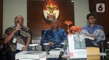 Ketua KPK Agus Rahardjo (tengah), dosen hukum pidana Unpar Agustinus Pohan (kiri), dan Wakil Ketua KPK Laode M Syarief saat menjadi pembicara diskusi di Gedung KPK, Jakarta, Kamis (19/12/2019). Diskusi membahas gagasan perubahan UU Tipikor. (merdeka.com/Dwi Narwoko)
