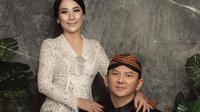Dalam foto pernikahannya, Ahok dan Puput Nastiti Devi nampak serasi mengenakan pakaian adat Jawa. Ahok tampak gagah mengenakan beskap lengkap dengan blangkon. (Liputan6.com/IG/@fdphotographyofficial)