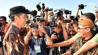 Presiden Joko Widodo menjawab pertanyaan wartawan saat meresmikan jalan tol Solo-Ngawi ruas Kartasura-Sragen, Minggu, (15/7). Peresmian ini ditandai dengan penekanan sirine dan penandatanganan prasasti. (Liputan6.com/Pool/Biro Pers Setpres)