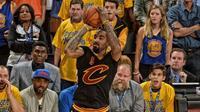 Guard J.R. Smith dipastikan tetap membela Cleveland Cavaliers pada NBA 2016-2017 setelah meneken kontrak berdurasi empat tahun senilai 745 miliar rupiah, Jumat (14/10/2016). (cavaliers.com)
