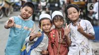 Anak-anak Kampung Nelayan Cilincing usai mengaji, Jakarta Utara, Selasa (8/6/2021). Tidak hanya merusak biota, sampah yang terbawa arus laut ini juga berdampak pada kesehatan nelayan atau warga pesisir seperti mudah terserang penyakit dan stunting (gizi buruk) bagi anak-anak. (merdeka.com/Iqbal S. N