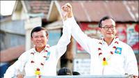 Tokoh oposisi Kamboja, Sam Rainsy (kanan) bersama figur oposisi Kem Sokha. Keduanya merupakan petinggi partai oposisi CNRP dan ujung tombak perlawanan politik menentang rezim PM Kamboja Hun Sen yang dituding sebagai diktator (Supplied via Phnom Penh Post)