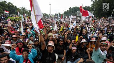 Ribuan nelayan tradisional dari berbagai daerah menggelar unjuk rasa di depan Istana Negara, Jakarta Pusat, Rabu (17/1). Mereka mendesak pemerintah mencabut Peraturan Menteri Nomor 2/2015 tentang penggunaan cantrang. (Liputan6.com/Faizal Fanani)