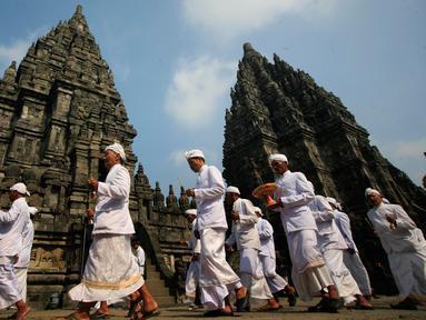 Umat hindu mengikuti upacara Tawur Agung Kesanga mengelilingi Candi Prambanan, Yogyakarta, Selasa (8/3/2016). Upacara di gelar untuk menyambut perayaan Nyepi tahun baru Saka 1938. (Liputan6.com/Boy Harjanto)