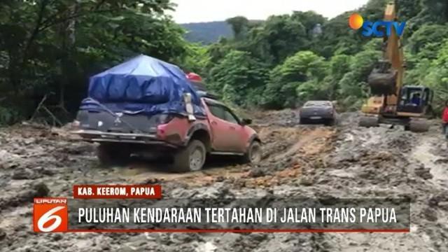 Hujan deras membuat jalur trans Papua Jayapura menuju Wamena nyaris terputus. Puluhan kendaraan terjebak di tengah hutan, akibat jalan berlumpur tidak bisa dilalui kendaraan.