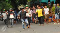 Pengemudi taksi yang berunjuk rasa di kawasan Sudirman terlibat tawuran dan aksi lempar batu dengan pengemudi ojek online, Jakarta, Selasa (22/3). Aksi itu pecah saat pengunjuk rasa mendapat perlawan dari pengemudi ojek online (Liputan6.com/Faisal R Syam)