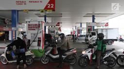 Pengendara motor antre mengisi BBM di SPBU, Jakarta, Sabtu (5/1/2019). PT Pertamina menurunkan harga BBM non subsidi masing-masing Pertalite Rp 150 per liter, Pertamax Rp 200 per liter dan Pertamax Turbo Rp 250 per liter. (Liputan6.com/Angga Yuniar)