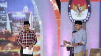 Calon Wakil Gubernur DKI Jakarta no 3, Sandiaga Uno beradu argumen dengan Djarot Saiful Hidayat saat debat terakhir Pilgub DKI Jakarta 2017 di Hotel Bidakara, Jakarta, Rabu (12/4). (Liputan6.com/Faizal Fanani)