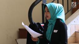 Peserta audisi lomba news presenter Emtek Goes to Campus 2018 berlatih di Gedung 4 Universitas Padjajdaran, Bandung, Selasa (4/12). EGTC Bandung 2018 berlangsung hingga 6 Desember dan diisi beragam materi. (Liputan6.com/Helmi Fithriansyah)