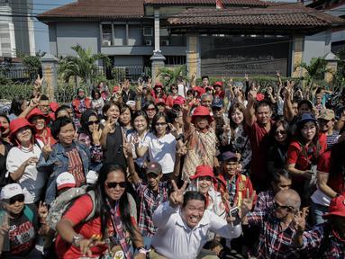 Pendukung Basuki Tjahaja Purnama atau Ahok kembali menggelar aksi di depan Pengadilan Tinggi DKI Jakarta, Jumat (12/5). Rencananya, mereka melakukan aksi damai meminta kepada PT DKI Jakarta agar Ahok menjadi tahanan kota. (Liputan6.com/Faizal Fanani)