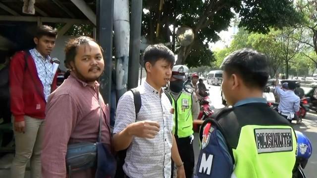 Seorang pengendara motor tidak terima ditegur oleh polisi karena melawan arus, tak hanya itu pengendara itupun menantang petugas