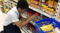Sebuah supermarket dipuji netizen karena memberi kesempatan bagi penyandang autisme bekerja di tempat tersebut