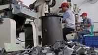 Pekerja pabrik membuat komponen otomotif. (ist)