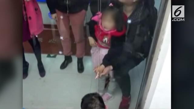 Petugas pemadam kebakaran berhasil menyelamatkan jari gadis yang terjepit diantara dua pintu kaca.