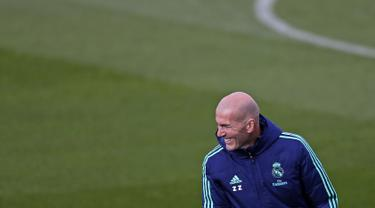 Pelatih Real Madrid, Zidane tersenyum saat sesi latihan di Valdebebas di Madrid, Spanyol (5/11/2019). Real Madrid akan melawan wakil Turki, Galatasaray pada Grup A Liga Champions di Estadio Santiago Bernabeu. (AP Photo/Manu Fernandez)
