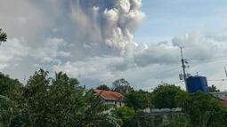 Gunung Api Taal memuntahkan abu dan asap saat erupsi di Tagaytay, Provinsi Cavite, Filipina, Minggu (12/1/2020). Otoritas Filipina mengeluarkan peringatan dan memaksa para pejabat menghentikan penerbangan di bandara utama di Manila sampai pemberitahuan lebih lanjut. (Lester Matienzo via AP)