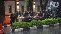 Polisi bersepeda motor dikerahkan di sekitar kawasan Mabes Polri Jakarta, Rabu (31/3/2021). Seorang terduga teroris diduga berupaya melakukan penyerangan ke area Mabes Polri hingga aksi baku tembak dengan polisi pun sempat terjadi. (Liputan6.com/Faizal Fanani)