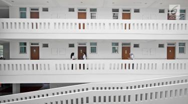 Dokter melakukan visit ke kamar di rusun lansia yang ada di kawasan Cibubur, Jakarta, Selasa (24/4). Kementerian PUPR membangun satu twin block rusun khusus untuk lansia di Cibubur. (Liputan6.com/Herman Zakharia)