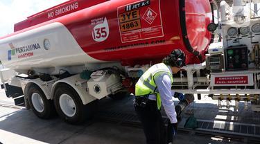 Petugas beraktivitas di Depot Pengisian Pesawat Udara (DPPU) DEO Sorong seusai diresmikan, Sorong, Papua Barat, Kamis (21/11/2019). PT Pertamina (Persero) secara resmi mengoperasikan Depot Pengisian Pesawat Udara (DPPU) DEO Sorong pada hari ini. (Liputan6.com/Herman Zakharia)