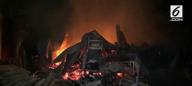 Kebakaran terjadi di kawasan Taman semanan Cengkareng Jakarta Barat. 2 buah warung dan 1 bengkel hangus terbakar. Diduga api berasal dari korsleting listrik.