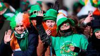 Penonton yang tampak antusias saat menghadiri parade St. Patrick's Day di Dublin, Irlandia, pada 17 Maret, 2019. (Foto: Niall Carson / AP)