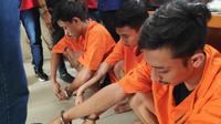 Tiga tersangka peredaran sabu jenis ekstasi dan sabu yang ditangkap Polsek Sukajadi, Pekanbaru. (Liputan6.com/M Syukur)