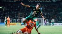 Winger Persebaya Irfan Jaya kesulitan menembus pertahanan Borneo FC pada lanjutan Shopee Liga 1 2019 di Gelora Bung Tomo, Jumat (11/10/2019). (Dok Persebaya)
