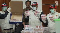 Penyidik menunjukkan barang bukti uang terkait Operasi Tangkap Tangan kasus korupsi pejabat pada Kementerian Pemuda dan Olahraga (Kemenpora) serta pengurus Komite Olahraga Nasional Indonesia (KONI) di Gedung KPK, Rabu (19/12). (Merdeka.com/Dwi Narwoko)