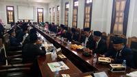 Anggota DPRD Kota Malang membahas alat kelengkapan dewan usai pelantikan (Liputan6.com/Zainul Arifin)