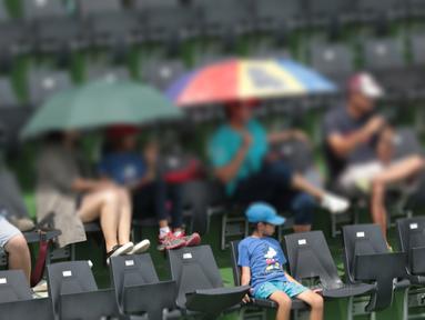 Sejumlah Penonton mengankat kaki diatas sandaran kursi saat laga Piala Davis 2018 grup dua Asia/Oceania di Senayan, Jakarta, Sabtu (3/2/2018). Renovasi stadion ini menghabiskan dana seminar 92 miliar rupiah. (Bola.com/Nick Hanoatubun)