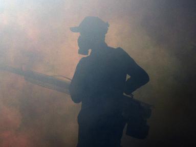 Petugas melakukan pengasapan atau fogging untuk membasmi nyamuk demam berdarah dengue (DBD) di perumahan warga di Jakarta, Sabtu (11/4/2020). Fogging dilakukan sebagai langkah pengendalian vektor nyamuk DBD. (Liputan6.com/JohanTallo)