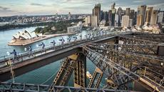 Sejumlah praktisi Tai Chi melakukan latihan di atas Jembatan Sydney Harbour, Australia, Selasa (2/5). Ini merupakan pertama kalinya para prakstisi Tai Chi berlatih di atas puncak jembatan setinggi 134 meter. (Handout / BRIDGECLIMB SYDNEY / AFP)