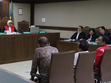 Mantan anggota DPRD Kalimantan Tengah Borak Milton, Punding Ladewiq H Bangkan, Edy Rosada dan Arisavanah (kiri ke kanan) menjalani sidang perdana pembacaan dakwaan di Pengadilan Tipikor, Jakarta, Rabu (13/3). (Liputan6.com/Helmi Fithriansyah)