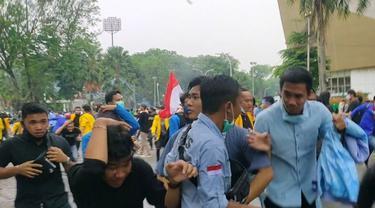Demo Ricuh, Mahasiswa dan Buruh Tutup Jalan di Palembang