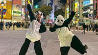 Luna Maya berkostum panda di Shibuya Crossing, Tokyo, Jepang. (dok. Instagram @lunamaya/https://www.instagram.com/p/B4U5d19nblg/Putu Elmira)