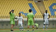 Pelatih Persib Bandung Robert Alberts menilai pemainnya menjalankan tugas saat libur Lebaran. (Liputan6.com/Huyogo Simbolon)