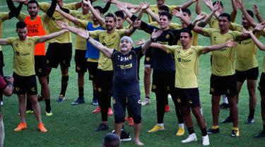 Legenda Argentina, Diego Maradona menyanyi bersama timnya dan penggemar selama sesi latihan di Stadion Banorte, Meksiko,(10/9). Diego Maradona resmi menjadi manajer Dorados de Sinalo menggantikan Francisco Gamez yang dipecat. (AP Photo/Marco Ugarte)