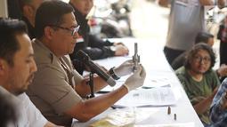 Kabid Humas Polda Metro Jaya Kombes Argo Yuwono menunjukkan senjata api rakitan di Polda Metro Jaya, Jakarta, Kamis (4/7/2019). Polisi berhasil mengamankan barang bukti berupa satu buah sepeda motor, satu pucuk senjata api rakitan, dan tiga butir amunisi. (Liputan6.com/Immanuel Antonius)