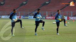 Dalam latihan yang digelar sejak pukul 07.30 ini tampak tiga penjaga gawang yang sudah bergabung dalam skuad Timnas Indonesia (Liputan6.com/ Helmi Fithriansyah)