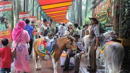 Libur panjang perayaan Natal dan Tahun baru 2015,  sejumlah wisatawan lokal memadati Taman Safari Indonesia, Bogor,  (25/12/14) Jumlah pengunjung Taman Safari mengalami peningkatan dari hari-hari biasanya. (Liputan6.com/Herman Zakharia)