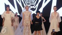 Desainer Indonesia Fetty Rusli bersama para model saat menyapa pengunjung dalam acara 'Infinite Wedding Moments' di kawasan Kuningan, Jakarta, Jumat (3/2). Peragaan tunggal  Fetty Rusli bertajuk Retromantic. (Liputan6.com/Herman Zakharia)